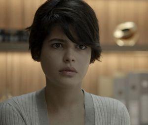 """Em """"O Outro Lado do Paraíso"""": Adriana (Julia Dalavia) pede beijo para Patrick (Thiago Fragoso), mas o criminalista faz apenas um carinho na jovem"""