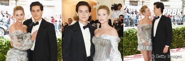 """Cole Sprouse e Lili Reinhart, de """"Riverdale"""", posam juntos no tapete vermelho do MET Gala 2018"""