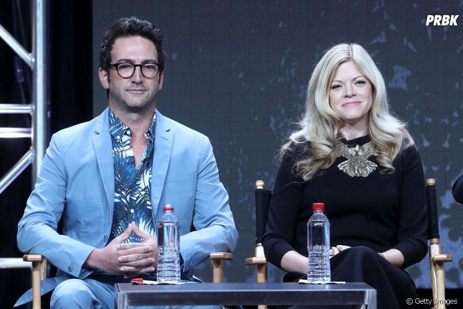 """Josh Schwartz e Stephanie Savage, co-criadores de """"Gossip Girl"""", adaptarão o livro """"Quem é Você, Alasca?"""" para série limitada de 8 episódios"""