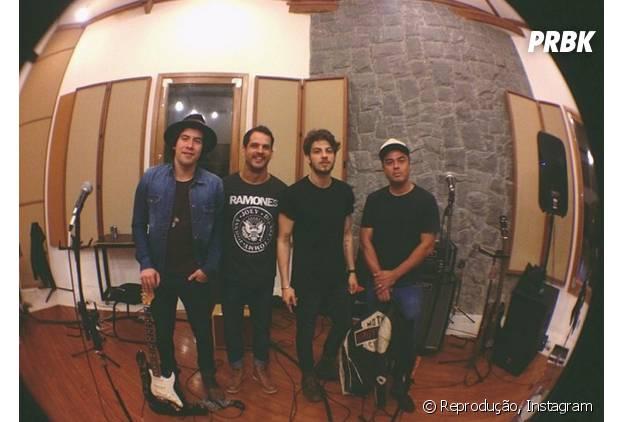 Chay Suede e banda em estúdio para gravação do novo EP