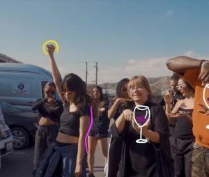 """Camila Cabello ensina dança de """"Sangria Wine"""" ao lado da mãe e de seus dançarinos"""