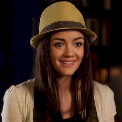 """Lucy Hale comemora 8 anos de """"Pretty Little Liars"""" com foto nostálgica do primeiro episódio!"""