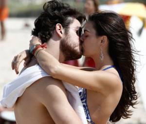 Isis Valverde e Marco Pigossi dão beijo apaixonado em Boogie Oogie