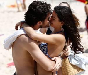 Marco Pigossi e Isis Valverde gravaram cenas em uma das praia do Recreio, no Rio de Janeiro
