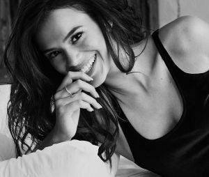 Bruna Marquezine aparece sensual em várias de suas fotos no Instagram