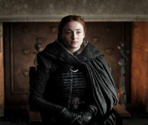 """Sophie Turner explica que tatuagem inspirada em """"Game of Thrones"""" não é spoiler, mas sim uma frase dita na sétima temporada"""