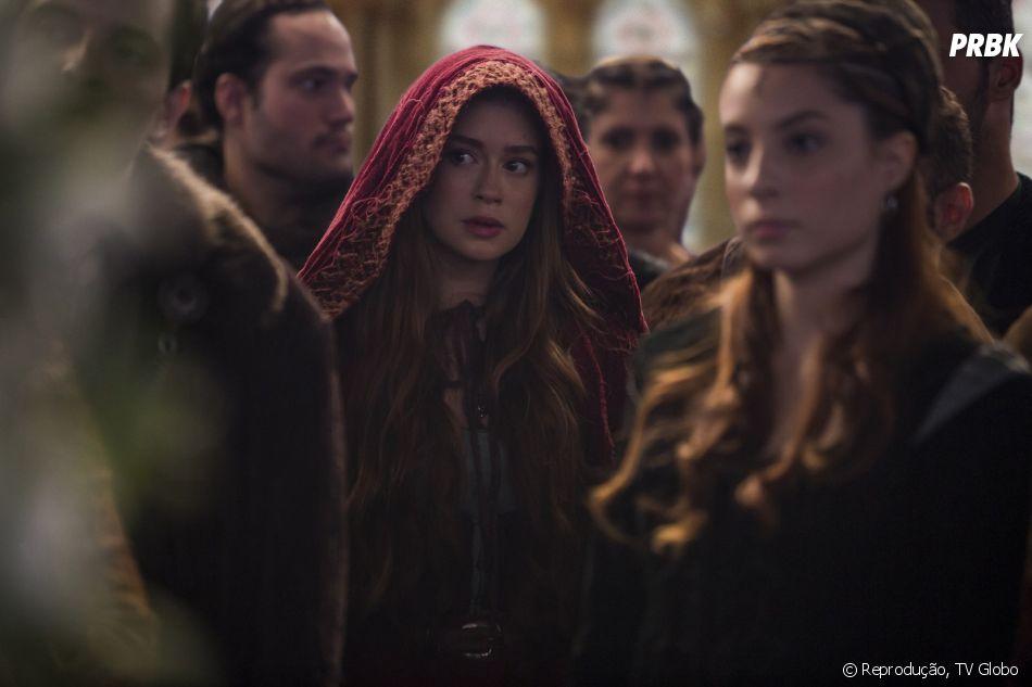 """Em """"Deus Salve o Rei"""", Amália (Marina Ruy Barbosa) passa a se encontrar com Afonso (Romulo Estrela) às escondidas, com a ajuda de Diana (Fernanda Nobre)"""
