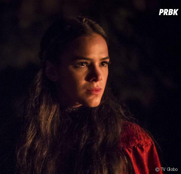 """Em """"Deus Salve o Rei"""", Catarina (Bruna Marquezine) fica furiosa depois de flagrar Afonso (Romulo Estrela) e Amália (Marina Ruy Barbosa) aos beijos"""