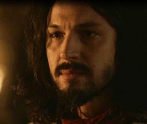"""Em """"Deus Salve o Rei"""": Afonso (Romulo Estrela) expulsa Catarina (Bruna Marquezine) depois de descobrir que filho que ela espera não é seu"""