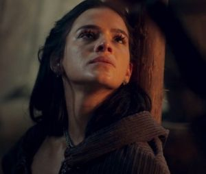 """Em """"Deus Salve o Rei"""", Catarina (Bruna Marquezine) cospe na direção de Afonso (Romulo Estrela) depois de ser expulsa"""