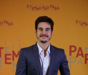 """""""Não estamos namorando"""", diz Nicolas Prattes sobre Juliana Paiva, durante festa de""""O Tempo Não Para"""""""