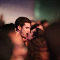 """Juliana Paiva e Nicolas Prattes de """"O Tempo Não Para"""" são fotografados aos beijos em show"""