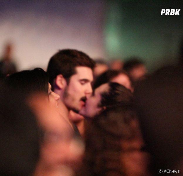 Juliana Paiva e Nicolas Prattes são vistos aos beijos em sho