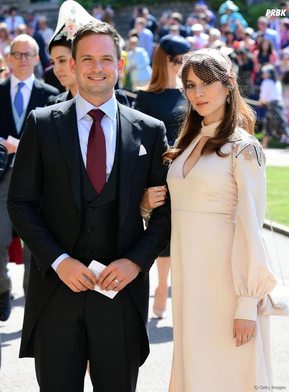 """A ex-""""Pretty Little Liars""""Troian Bellisario e o marido,Patrick J. Adams, estão esperando o primeiro filho do casal"""