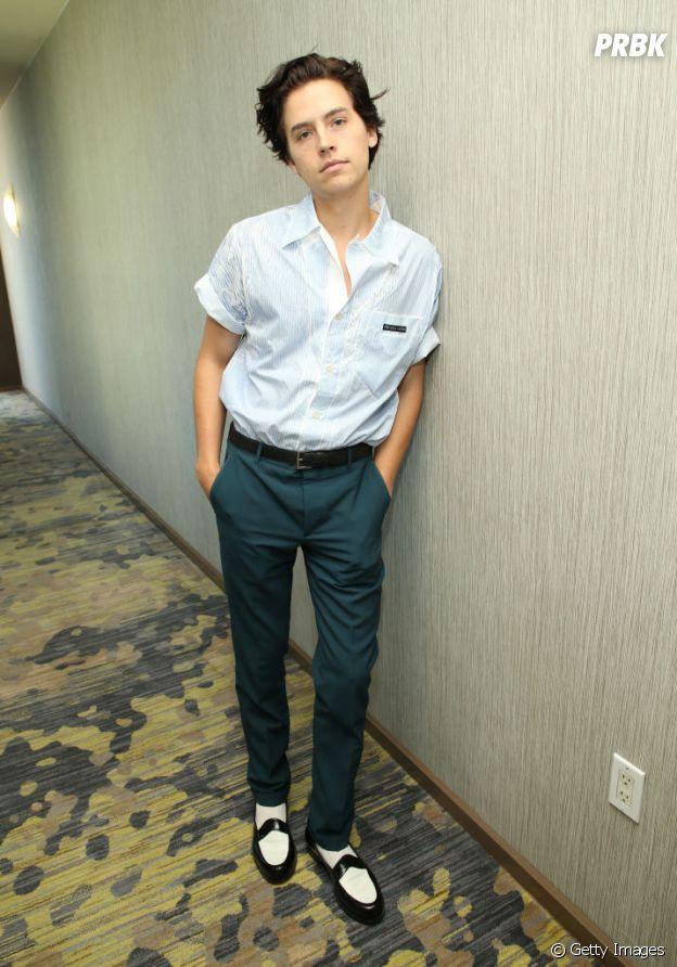 Cole Sprouse se inspira nos anos 50 para montar seu look