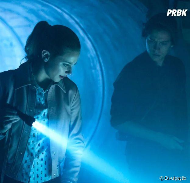"""Em """"Riverdale"""", Betty (Lili Reinhart) e Jughead (Cole Sprouse) vão investigar novo crime!"""