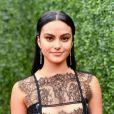 """Camila Mendes, de """"Riverdale"""", registra Cole Sprouse vestido de Minion Sexy em seu Instagram Stories"""