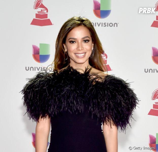 Atriz chilena rouba beijo de Anitta durante gravação de programa