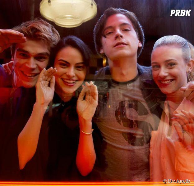 """Vem ver tudo que a galera do elenco de """"Riverdale"""" faz nos bastidores!"""