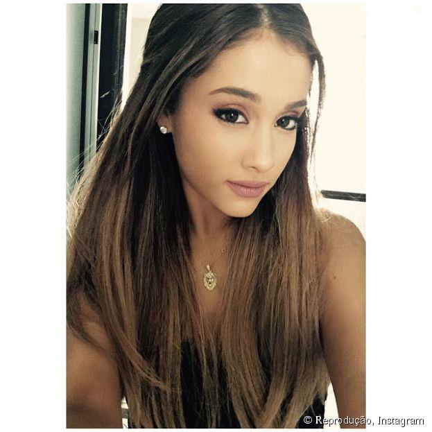 Ariana Grande aparece de novo visual em Londres, na Inglaterra