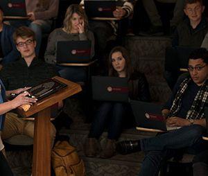 """Em """"The Perfectionists"""": Alison DiLaurentis (Sasha Pieterse) aparece como professora em novas imagens"""