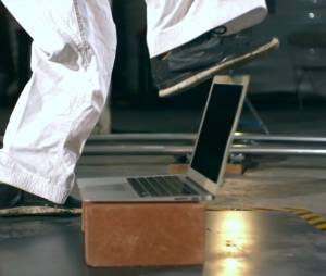 MacBook Air passando por maus bocados com faixa-preta de Karatê