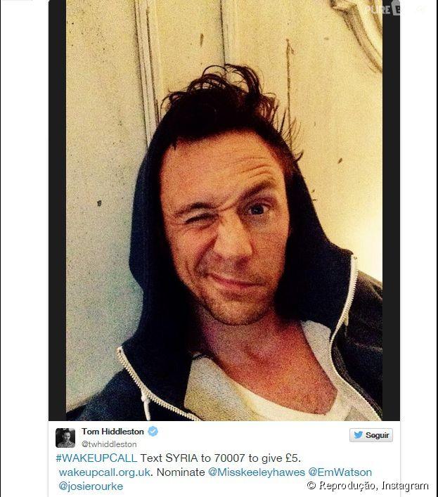 Tom Hiddleston, o irmão malvado de Thor, tirou a foto com direito a piscadinha e tudo