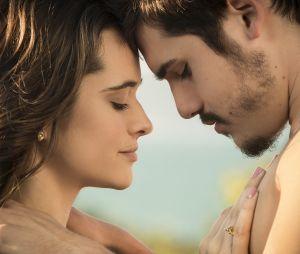"""Em """"O Tempo Não Para"""": Samuca (Nicolas Prattes) é levado à força para longe Marocas (Juliana Paiva) por conta de vírus mortal"""