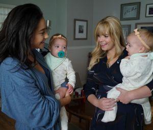 "Em ""Pretty Little Liars: The Perfectionists"", Emily (Shay Mitchell) e Alison (Sasha Pieterse) estão juntas? Criadora responde!"