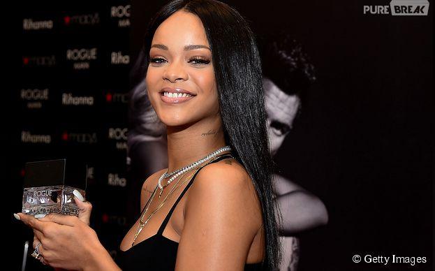 """Rihanna é adepta de lançar perfumes e recentemente apresentou sua primeira fragrância masculina, """"Rogue Man"""""""