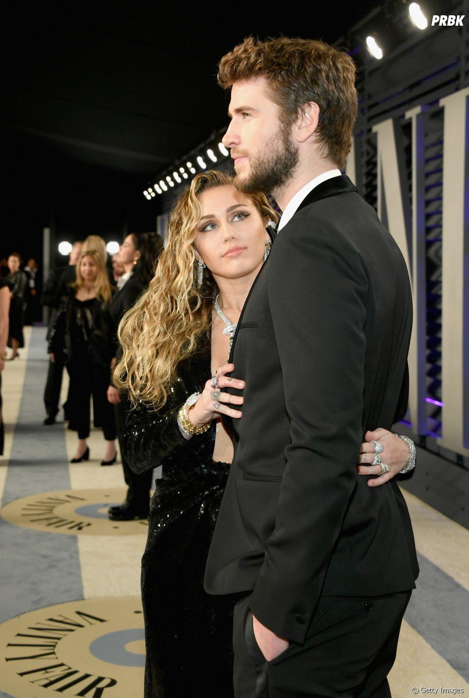 Miley Cyrus aproveita quando Liam Hemsworth está distraído para admirá-lo