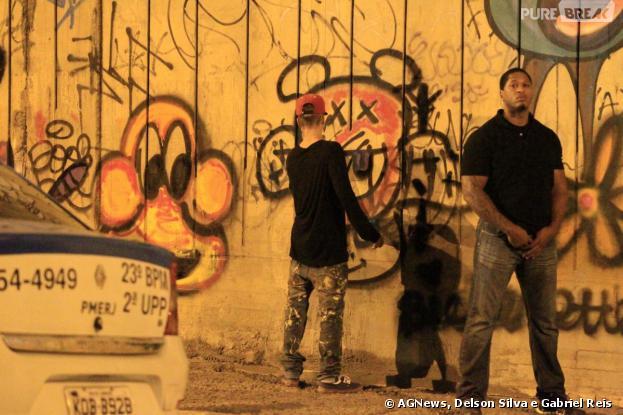 Justin Bieber grafita muro no bairro de São Conrado, no Rio de Janeiro, na madrugada desta terça-feira (5)
