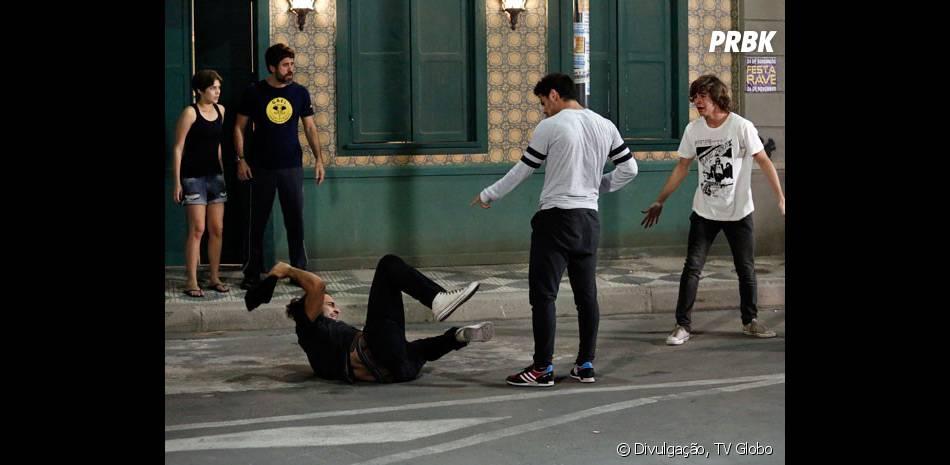 """Em """"Malhação"""", depois que Cobra (Felipe Simas) derrota o tal bandido, Karina (Isabella Santoni) e o resto do pessoal percebem que era uma armação de Pedro (Rafael Vitti)"""