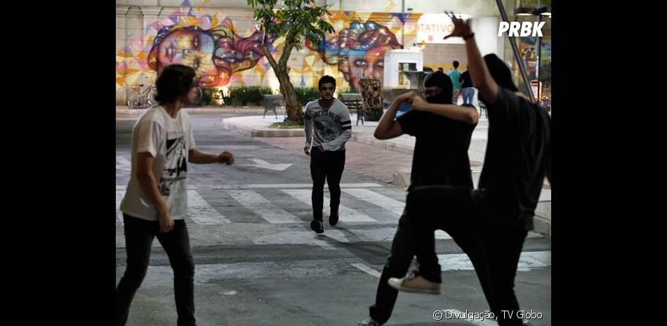 """Ao ver Pedro (Rafael Vitti) em perigo, Cobra (Felipe Simas) corre para ajudá-lo em """"Malhação"""""""