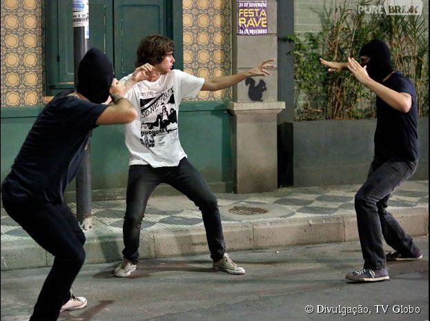 """Em """"Malhação"""", Pedro (Rafael Vitti) arma um assalto para mostrar para Karina (Isabella Santoni) que ele pode se defender"""
