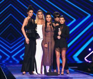 Família Kardashian-Jenner é criticada por surgir com tranças e pele mais escura