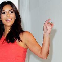 Kim Kardashian tira a roupa e mostra todo seu talento em capa de revista