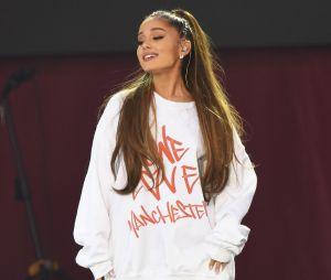 Ariana Grande mostra os cachos na internet