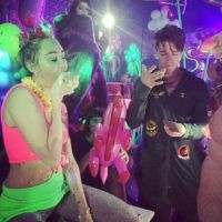 Miley Cyrus comemora aniversário com novo namorado e bolo de pizza gigante
