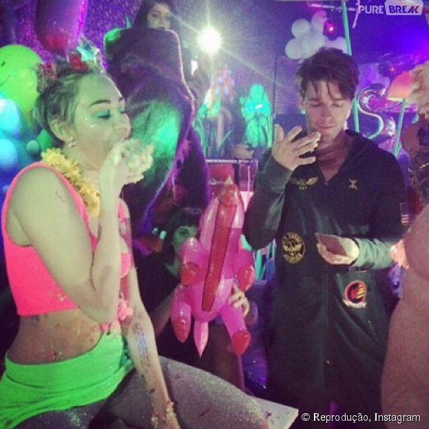 Miley Cyrus celebra 22 anos de idade ao lado do novo namorado, Patrick Schwarzenegger