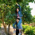 """""""A Barraca do Beijo 2"""": olha a Joey King e aMeganne Young aprontando tentando colher de uma árvore!"""