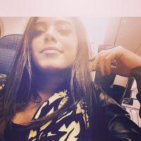 Anitta desembarca em Portugal e posa com fãs no aeroporto
