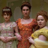 """Exclusivo: Nicola Coughlan, a Penelope de """"Bridgerton"""", mostra o set da série e conta curiosidades"""