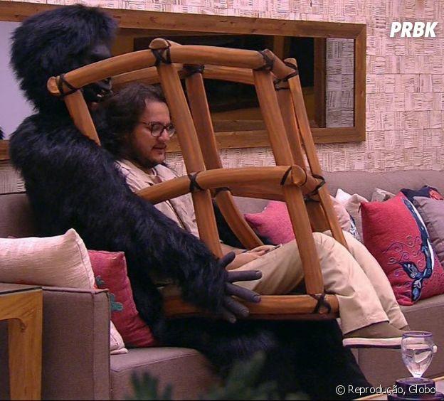 """Diego, do """"BBB18"""", ficou enjaulado com um gorila nas costas para cumprir o Monstro da semana"""