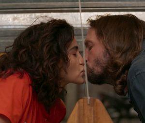 """""""Amor de Mãe"""": o romance entre Érica (Nanda Costa) e Davi (Vladimir Brichta) chega a ser cômico"""