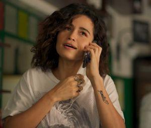 """""""Amor de Mãe"""": Érica (Nanda Costa) e outros personagens tiram a máscara para falar ao telefone, dando o maior mau exemplo"""