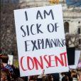A violência sexual ocorre quando o agressor obriga  a mulher a presenciar, manter ou participar de uma relação sexual sem o seu consentimento