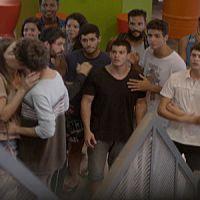 """Em """"Malhação"""": Bianca (Bruna Hamú) dá beijaço em João (Guilherme Hamacek)!"""