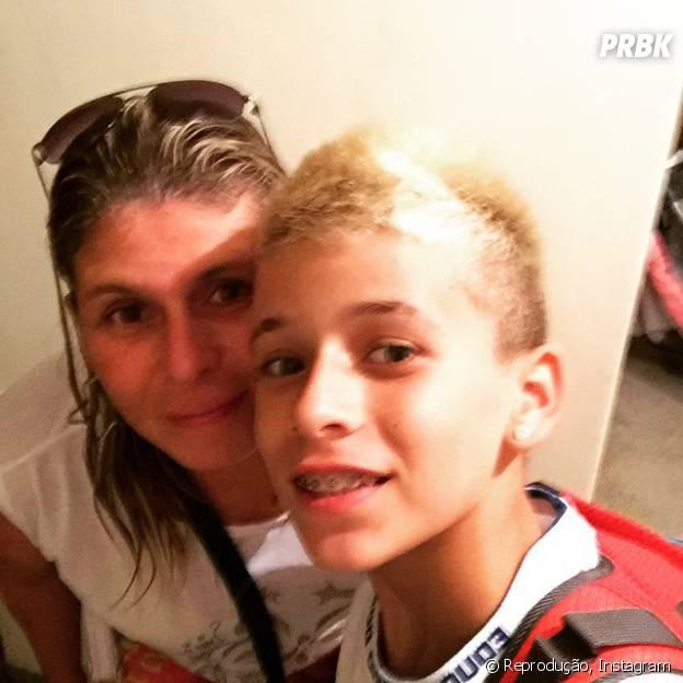 MC Pedrinho posa com a mãe antes de ir para a escola