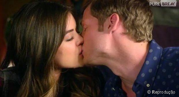 "Em ""Pretty Little Liars"", Aria (Lucy Hale) e Andrew (Brandon Jones) se beijaram!"